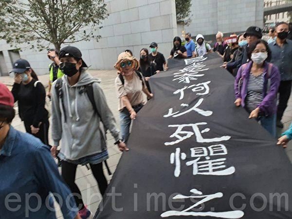 2019年11月15日,香港銀髮族在遮打花園「查警暴 止警謊」集會遊行。(孫明國/大紀元)