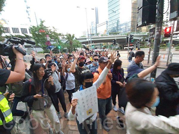 2019年11月15日,香港銀髮族在遮打花園「查警暴 止警謊」集會,後遊行至政府總部公民廣場外。(孫明國/大紀元)