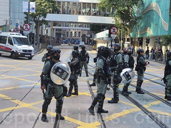 2019年11月15日,香港市民在中環等商業區發起「和你Lunch」活動,要求港府回應港民的訴求,港警與市民對峙。(孫明國/大紀元)