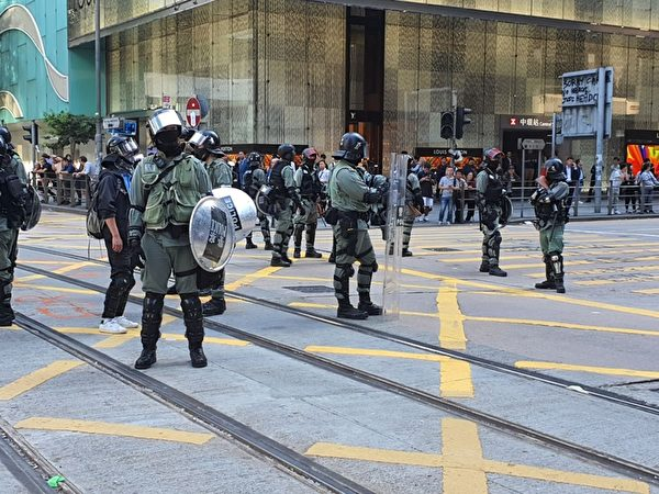 2019年11月15日,香港市民在中環等商業區發起「和你Lunch」活動,要求港府回應港民的訴求,港警排成一列與市民對峙。(孫明國/大紀元)