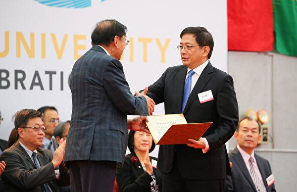 國立台灣大學15日舉行創校91年校慶慶祝大會,校長管中閔(前右)頒獎給多位傑出校友,感謝他們對學校及社會的貢獻。(中央社)
