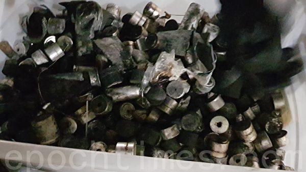 2019年11月15日,裝在大塑料桶內的是香港警方向中文大學發射各類武器的彈頭和底座等。(駱亞/大紀元)