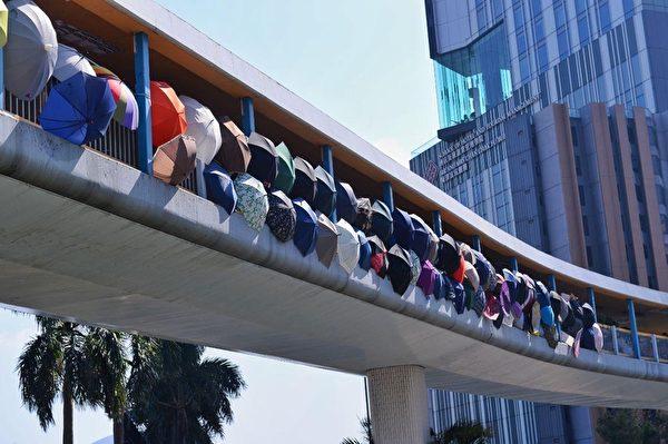 2019年11月17日,香港紅磡站通理大天橋已被抗爭者封鎖。(宋碧龍/大紀元)