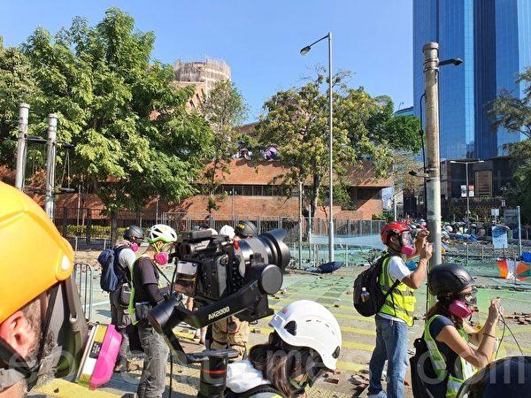 2019年11月17日下午,香港理工大學警民衝突,現場採訪記者。(孫明國/大紀元)