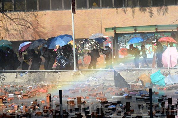 2019年11月17日下午,香港理工大學現場,防暴警察出動兩架水砲車、一架裝甲車清場,同時發射催淚彈。(孫明國/大紀元)