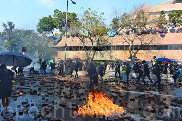 2019年11月17日下午,香港理工大學現場,防暴警察發射催淚彈。(孫明國/大紀元)
