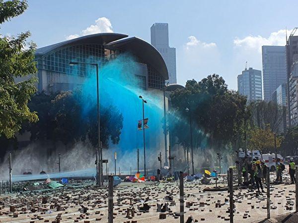 2019年11月17日下午,香港理工大學現場,防暴警察出動兩架水砲車、一架裝甲車清場。(孫明國/大紀元)