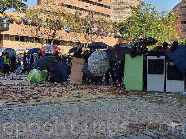 2019年11月17日下午,抗爭者在漆鹹道南和香港防暴警察對峙。(孫明國/大紀元)