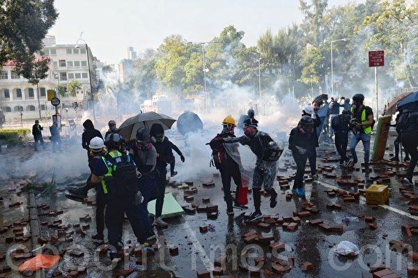 2019年11月17日,香港抗爭者在順暢道和理大守衛校園,防暴警察施放催淚彈。(宋碧龍/大紀元)