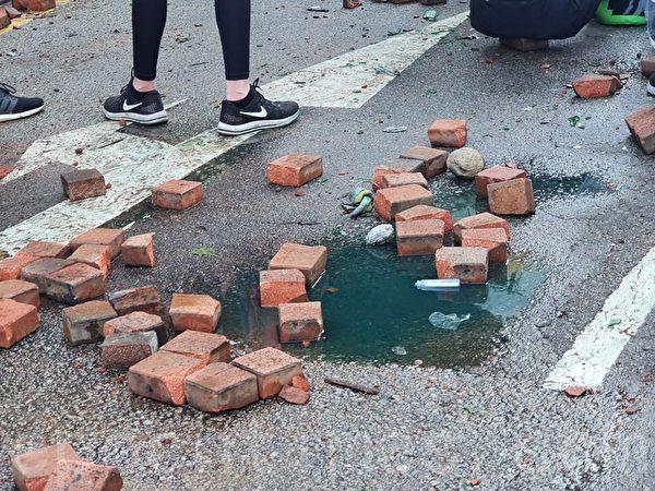 2019年11月17日,香港理工大學用磚塊做路障。(孫明國/大紀元)