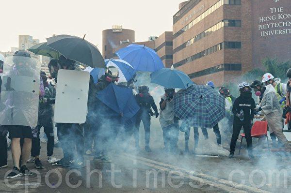 2019年11月17日,警方在香港理工大學施放催淚彈。(宋碧龍/大紀元)