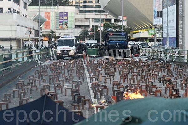 2019年11月17日,香港尖東橋磚塊路障。(宋碧龍/大紀元)
