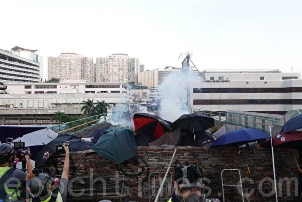 2019年11月17日,警方在香港理工大學外的尖東橋放催淚彈。(余鋼/大紀元)