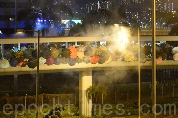 2019年11月17日,防暴警察和抗爭者在尖東橋對峙,防暴警察射擊催淚彈。(宋碧龍/大紀元)