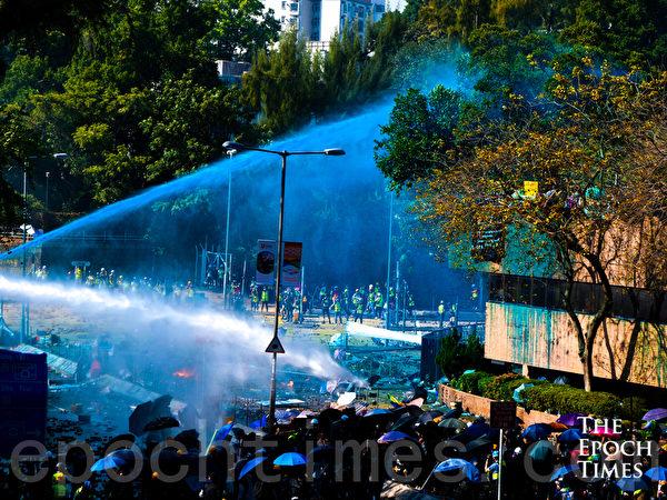 2019年11月17日下午,香港理工大學現場,防暴警察出動兩架水炮車、裝甲車,同時發射催淚彈清場。(yinyin liao/大紀元)