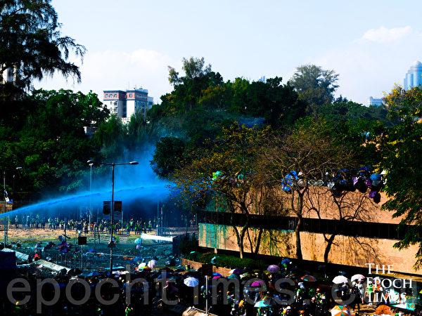 2019年11月17日,下午香港理工大學現場,防暴警察出動兩架水炮車、裝甲車,同時發射催淚彈清場。(yinyin liao/大紀元)