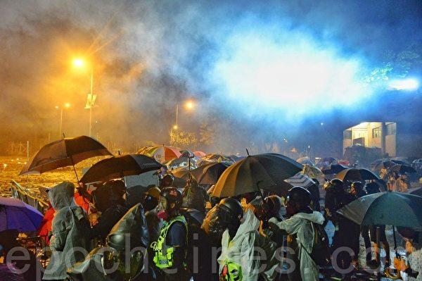 2019年11月17日深夜,在香港理工大學順暢路,防暴警察發射多枚催淚彈。(余天祐/大紀元)