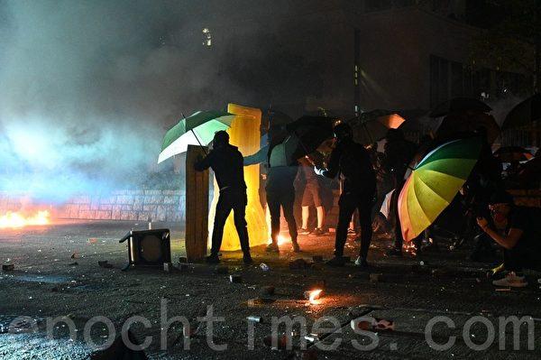 2019年11月18日凌晨,香港大批市民為了支援理工大學學生,與警方在佐敦至尖沙咀路段對峙。(文瀚林/大紀元)