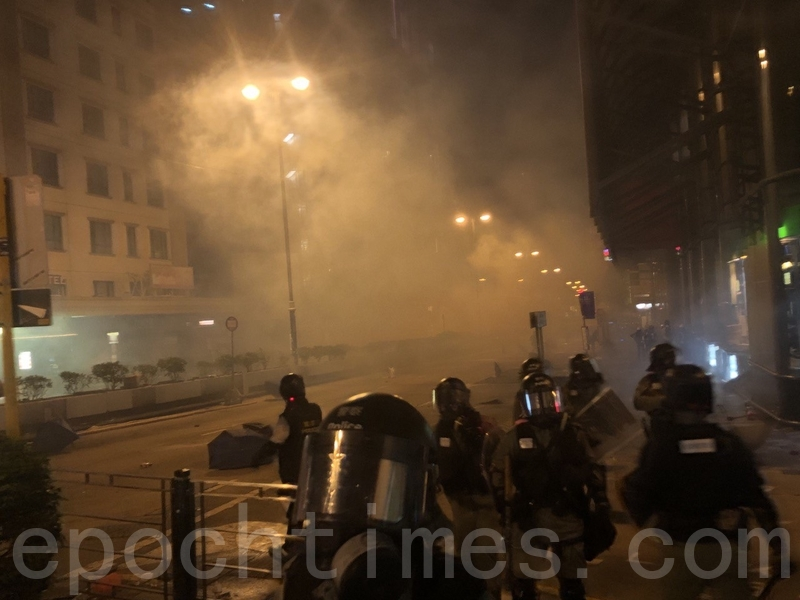 組圖:11.18凌晨港警再射催淚彈 狂抓抗議者