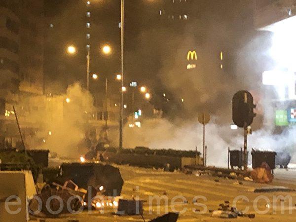 2019年11月18日凌晨,香港警察在佐敦地鐵站口對開路面發射催淚彈,現場煙霧瀰漫。(余天祐/大紀元)