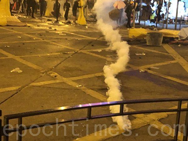 2019年11月18日凌晨,香港警察在佐敦道、彌敦道的交界處狂發催淚彈。(余天祐/大紀元)