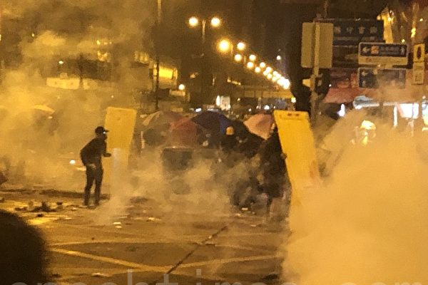 组图:11.18凌晨市民声援理大生 警狂射催泪弹