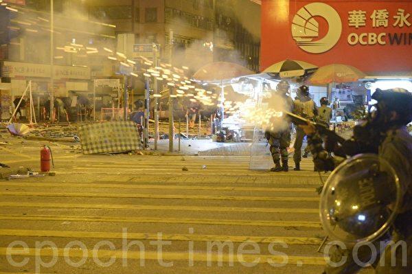 2019年11月18日凌晨,香港警察繼續在佐敦道、彌敦道的交界處不斷發射催淚彈。(余天祐/大紀元)