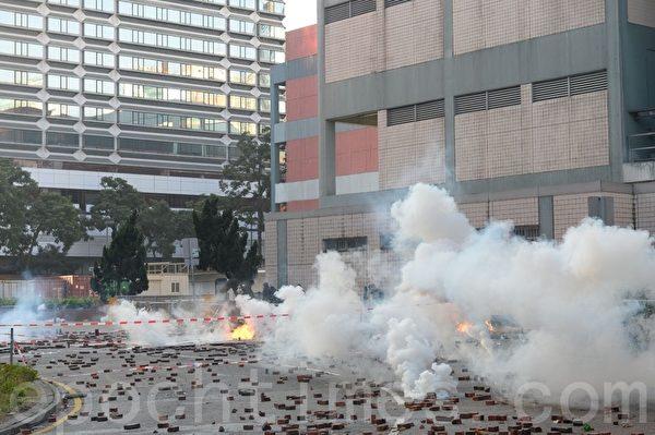 2019年11月18日早上,理大抗爭者約好外撤,但外面有防暴警察用催淚彈驅趕。(宋碧龍/大紀元)