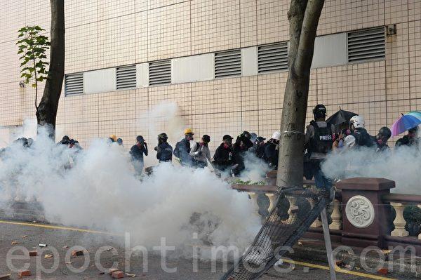2019年11月18日早上,理大抗爭者約好外撤,被防暴警察用催淚彈攻擊,有人想要嘗試離開校園,可是還沒有走到警方的防線就被警方的催淚彈驅散,又不得不退回校園內。(宋碧龍/大紀元)