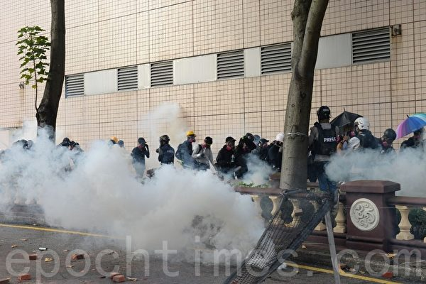 组图:理大学生欲再冲出校园 遭警用催泪弹水炮车阻击