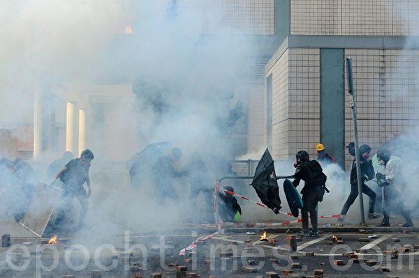 2019年11月18日早上,理大抗爭者約好外撤,被防暴警察用催淚彈攻擊。(宋碧龍/大紀元)