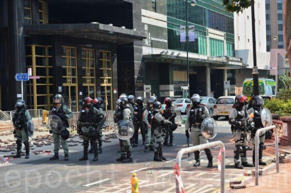2019年11月18日早上,防暴警察在理工大學外圍的科學館道設防,並架起封鎖線。(宋碧龍/大紀元)