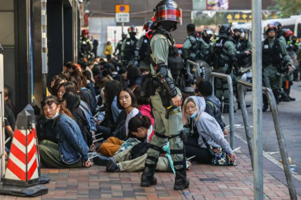2019年11月18日,香港防暴警察逮捕理大學校園內大批抗議者。(DALE DE LA REY/AFP via Getty Images)