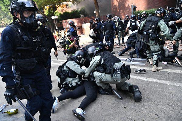 2019年11月18日,香港防暴警察逮捕理工大學校園內抗爭者。(ANTHONY WALLACE/AFP via Getty Images)