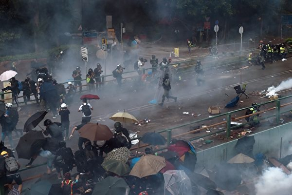 2019年11月18日,香港防暴警察對嘗試走出香港理工大學校園的抗議者,發射催淚彈。(YE AUNG THU/AFP via Getty Images)
