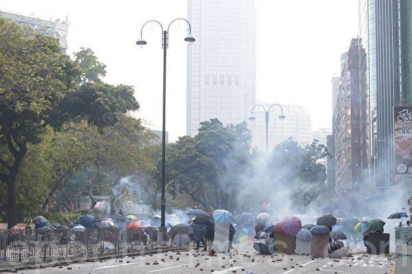 2019年11月18日,尖沙咀漆咸道南警狂發催淚彈,空氣中盡是二噁英。抗爭者團結一致建立防線。(余天祐/大紀元)