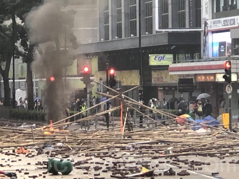 2019年11月18日,尖沙咀漆咸道南漫天催淚彈,空氣中盡是二噁英。(余天祐/大紀元)