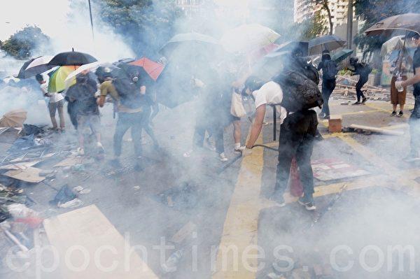 2019年11月18日,尖沙咀漆咸道南南漫天催淚彈,空氣中盡是二噁英。抗爭者團結一致建立防線。(余天祐/大紀元)