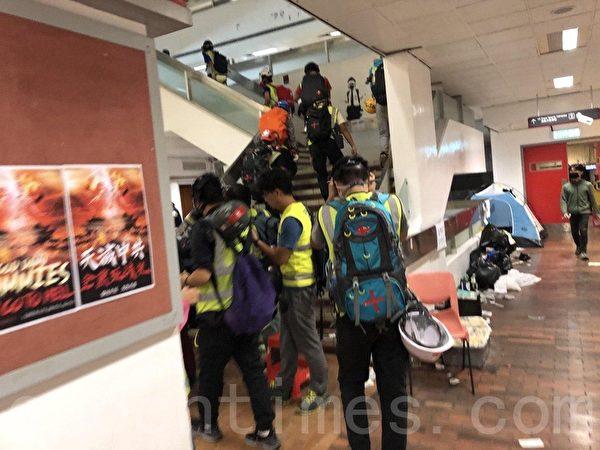2019年11月19日,香港理工大學校園內的物資救援醫療區救援人員。(余天祐/大紀元)