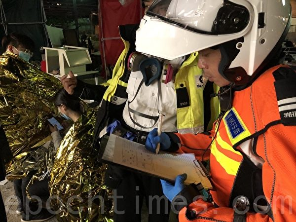 2019年11月19日,有多位來自救護、消防、聖約翰救傷隊等,到理工大學救援,很多年輕人受傷會跟著他們離開理大。(余天祐/大紀元)