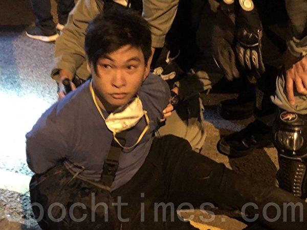 2019年11月19日,有多位來自救護、消防、聖約翰救傷隊等,到理工大學救援,很多年輕人受傷會跟著他們離開理大。學生離開理大時就被警察拘捕。(余天祐/大紀元)