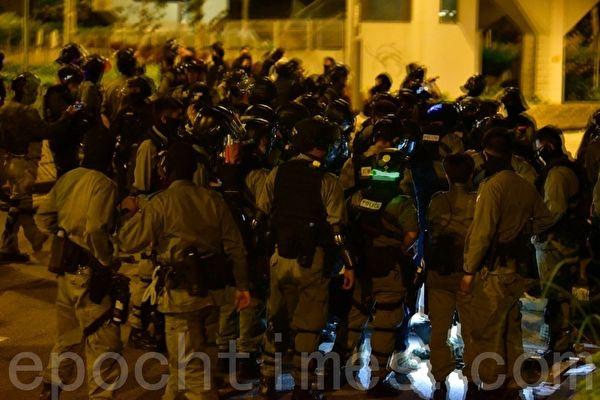 11月19日晚,救護員帶學生離開理工大學時 警察抓人