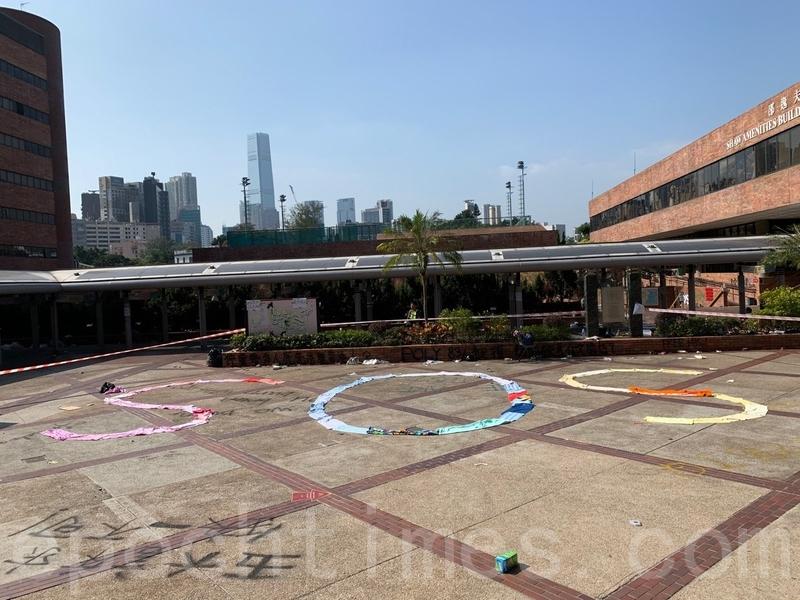 11月20日,抗議者在香港理工大學內寫下「SOS」求救信號。(余天祐/大紀元)