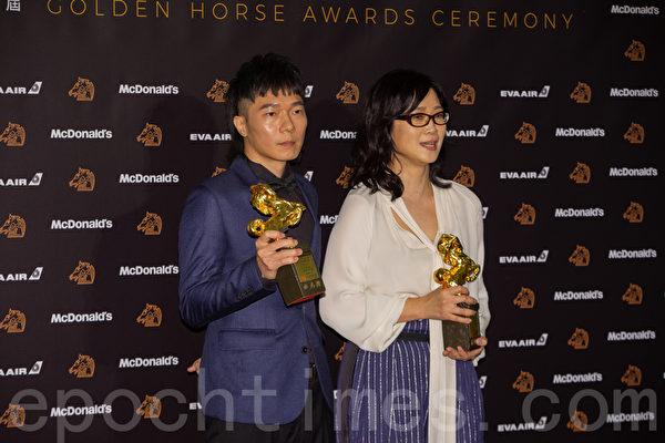第56屆金馬獎最佳原創電影歌曲獎盧律銘(左)、雷光夏。(許基東/大紀元)