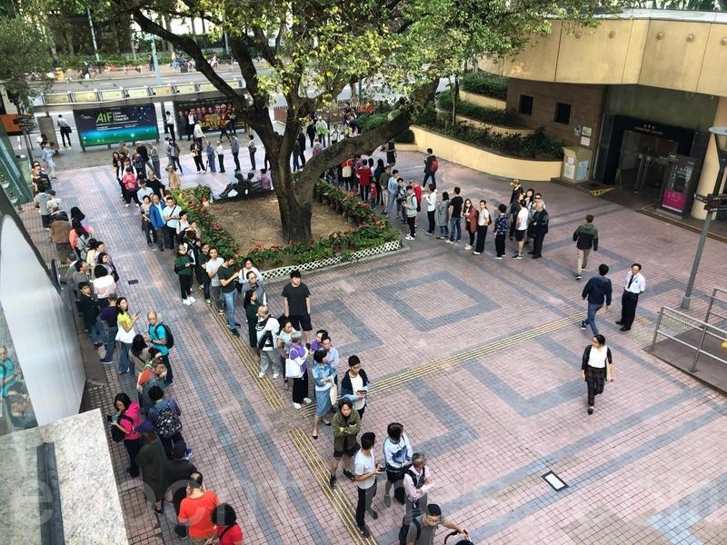 11月24日,香港完成2019區議會選舉,民主派獲得壓倒性勝利。圖為當日銅鑼灣中央圖書館站大排長龍。(梁珍/大紀元)