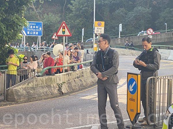 2019年11月24日,林鄭所在的選票點,在林鄭走後,大部份警力也撤了。(駱亞/大紀元)