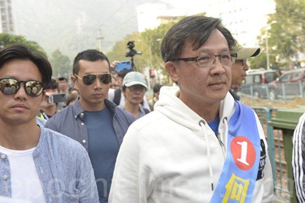 2019年11月24日,香港舉行區議會選舉,屯門樂翠投票站。何君堯有多名彪形墨鏡大漢陪同。(余天祐/大紀元)