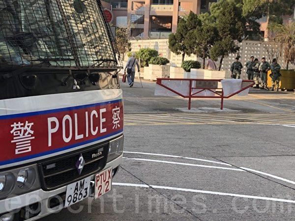 2019年11月24日,香港舉行區議會選舉,屯門樂翠投票站。屯門三聖區候選人巫堃泰召開記者會關於屯門區有造票問題。記者會對面有防暴警車及防暴警察駐守。(余天祐/大紀元)