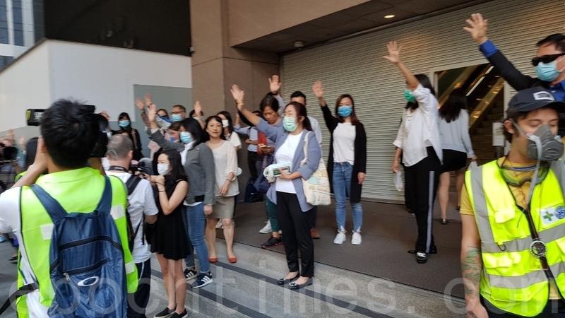【11.25反暴政組圖】港人中環快閃 聲援理大留守者