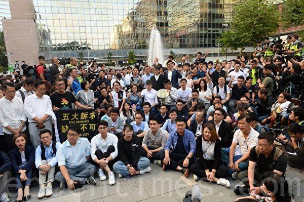 11月25日,香港市民在尖沙咀東的百年紀念公園集會,民主派感謝香港人賜票。(宋碧龍/大紀元)